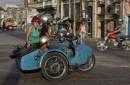 En una escena cotidiana del 8 de octubre del 2014, unos cubanos viajan en una moto soviética con sidecar en La Habana, Cuba.