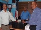 El alcalde de Pedro Brand, Ramón Pascual Gómez Abreu (El Mello), al entregar el cheque a la Confederación de Pastores Evangélicos.