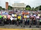 Grupos que promueven la repostulación de Danilo Medina se manifestaron ayer frente al Congreso con pancartas.