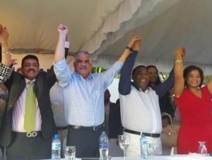 Tony Peña Guaba (tercero desde la izquierda), al ser juramentado como secretario general del PRD.