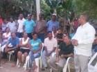 El gobernador de Bahoruco, Rafael Cuevas Jiménez, habla con comunitarios.