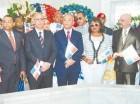 Rubén Jiménez Bichara y funcionarios de la CDEEE depositan la ofrenda.