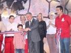 El alcalde del Distrito Nacional, Roberto Salcedo, corta la cinta para dejar inaugurado el Anfiteatro Nuryn Sanlley.