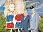 Radhamés Mejía y  Francisco D´Oleo, depositan la ofrenda floral frente al busto del Patricio Juan Pablo Duarte.