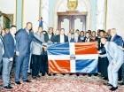 La comitiva de los Gigantes del Cibao posa junto al presidente Danilo Medina en el Palacio Nacional.