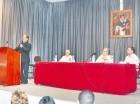 Monseñor Gregorio Nicanor Peña Rodríguez mientras dicta la conferencia. Le acompañan, José Hernando, Manuel Jesús Romero y Miguel Ángel Grullón.