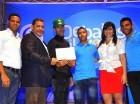 Richel Alberto Galvá y Saul Galvá Castillo reciben sus premios.
