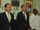 El ministro de la Juventud, Jorge Minaya, y el alcalde Juan de los Santos, durante la firma del convenio.