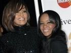 Fotografía de archivo del 12 de febrero de 2011 de la cantante Whitney Houston (izquierda) y su hija Bobbi Kristina Brown mientras llegan a un evento en Beverly Hills, California.