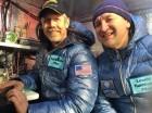 Los pilotos Troy Bradley, de Albuquerque (a la izquierda) y Leonid Tiukhtyaev, de Rusia, antes de despegar en un globo aerostático en Saga, Japón.